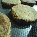 Sortare Verenkelen en uitlijnen van bevroren hamburgers